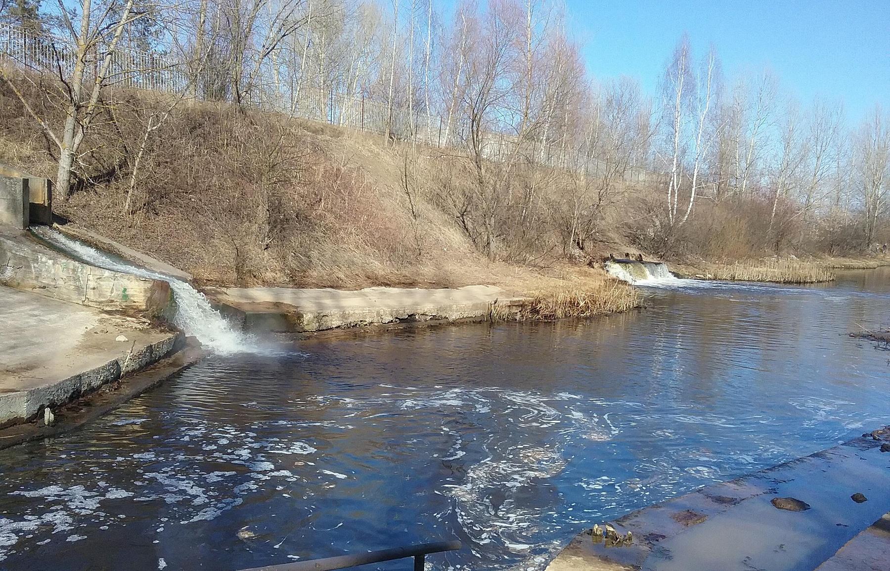 Масштабные пятна нефтепродуктов найдены наВолге вНижнем Новгороде